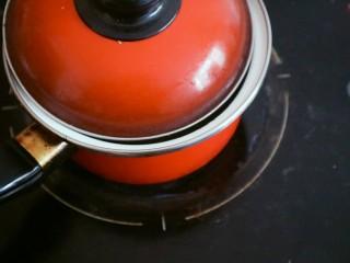 宝宝辅食之紫薯粥,将锅盖盖上等水沸后开盖