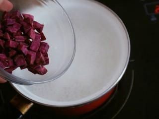 宝宝辅食之紫薯粥,大火熬一开后加入切好的紫薯块