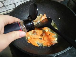 肉炒菜花,加五香粉