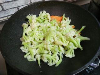 肉炒菜花,加菜花,炒匀