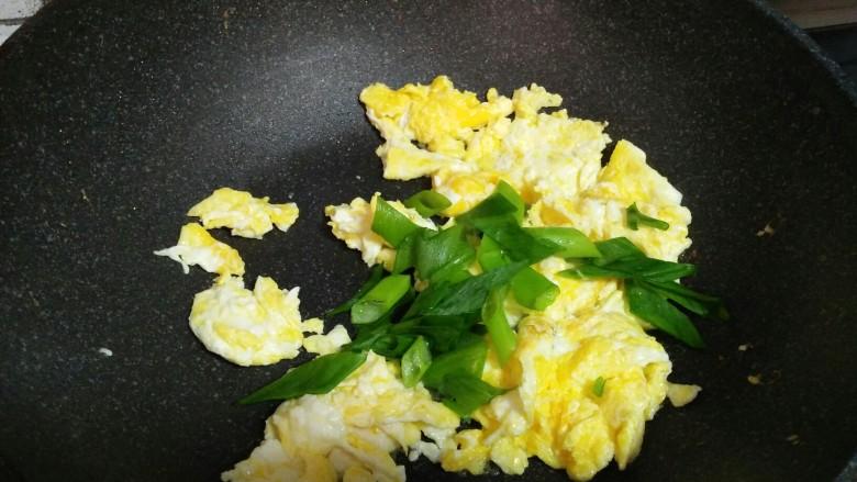 黄瓜炒鸡蛋,加入葱花