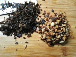 白菜包,香菇,黑木耳提前泡发好,洗净切碎。