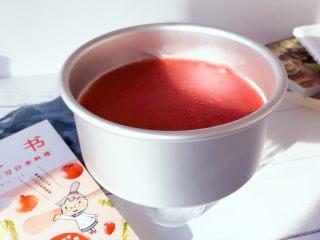 下午茶の草莓慕斯,脱模: 用吹风机热风绕着模具吹一圈,然后在模具底下放一个高点的杯子,将模具往下拉就ok。