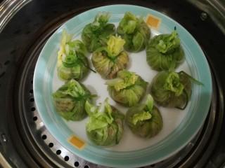 白菜包,蒸锅加入适量水烧开,放入白菜包。