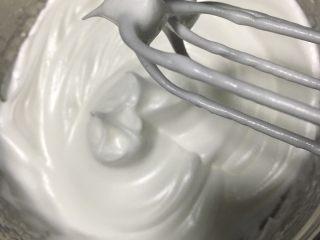 抹茶戚风蛋糕,出现小弯钩状态便可