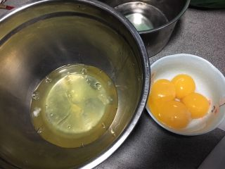 抹茶戚风蛋糕,蛋黄蛋白分离,蛋白盆放冰箱冷冻片刻