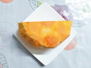小米南瓜百合银耳粥,将老南瓜买回来洗净去皮,买南瓜要选皮的颜色看起来均匀,厚实,有光泽,黄中带红色的那种,就是熟的很好又很甜的老南瓜!