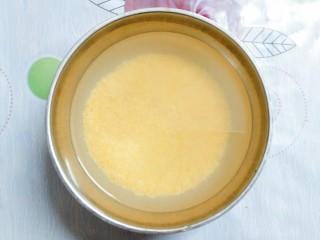 小米南瓜百合银耳粥,把小米淘洗干净,再放适量的冷水泡半个小时!