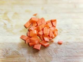 #一碗面#咖喱乌冬面,胡萝卜去皮洗干净切丁。