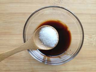 虫草花拌红极参,制作调料汁:小碗中放入味极鲜酱油、陈醋、糖、香油、盐搅拌均匀