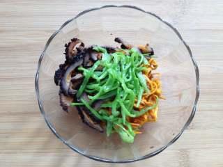 虫草花拌红极参,将处理好的虫草花、红极参、青椒丝放在一起