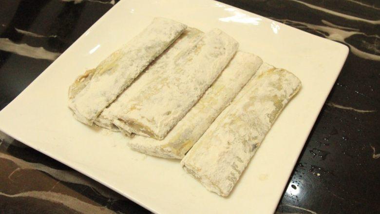 椒盐带鱼,全部裹好面粉待用,锅中烧油