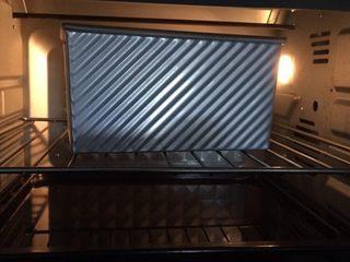 北海道白吐司,放烤箱,下面托盘放开水,15分钟一会,发至满盒即可  夏天可室温发酵至满盒即可,室温发酵需盖保鲜膜,湿度不够可再保鲜膜上喷一层水雾  发酵箱发酵温度35度湿度80,发酵至满盒即可,