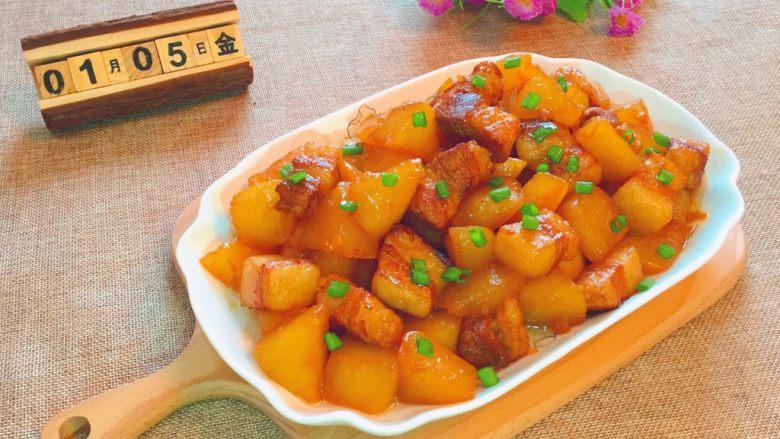 五花肉炖萝卜,出锅装盘即可食用。