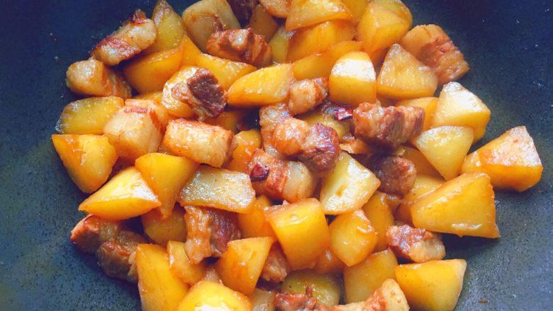 五花肉炖萝卜,开大火收汁即可。