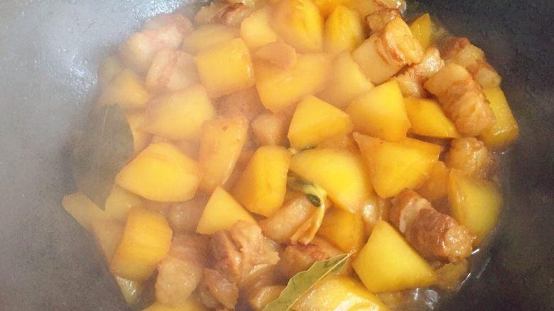 五花肉炖萝卜,炖至白萝卜熟透。