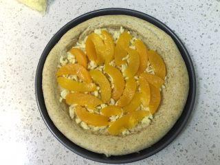 黄桃全麦披萨,铺一层马苏里拉芝士碎,然后均匀铺上黄桃片