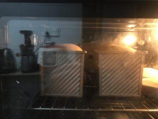 蜂蜜咖啡吐司,送进提前预热好的烤箱中下层,上下火170度42分钟,刚有上色立即加盖锡纸。