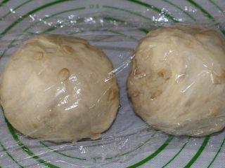 无水果仁面包,平均分成2等份,盖上保鲜膜防止风干