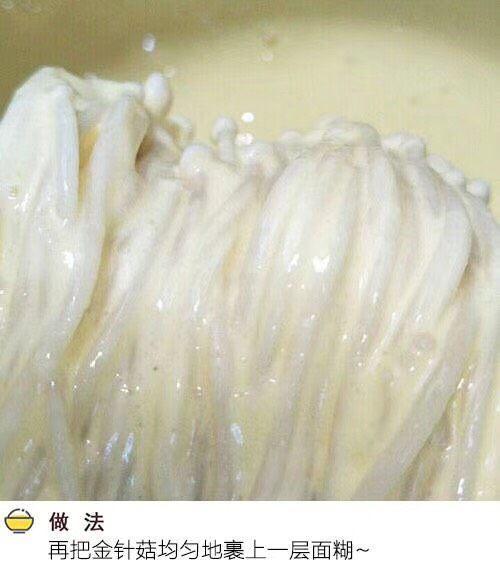 油炸孜然金针菇,把烫好的金针菇整齐放入调稠的脆炸粉中