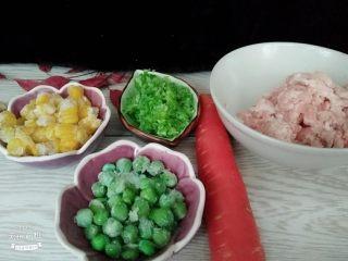 翡翠白玉卷,备好肉末,胡萝卜,玉米粒,豌豆粒葱末