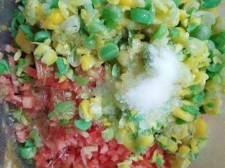 翡翠白玉卷,放入胡萝卜碎,玉米豌豆碎,葱末,盐,味精拌匀