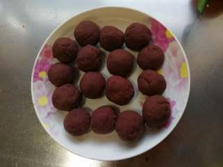 自制红豆沙,放凉后把豆沙团成小圆球,用来包豆沙包或者做豆沙小面包都很不错,用不完的豆沙馅放冰箱冷冻。