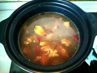 黄焖鸡,倒入砂锅,放入适量盐,大火烧开