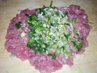 肉丸豆腐菠菜汤,把三种食材一块剁