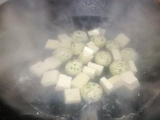 肉丸豆腐菠菜汤,加入豆腐块