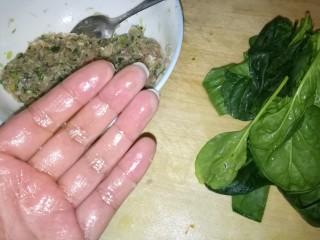 肉丸豆腐菠菜汤,手上涂点食用油防止粘黏