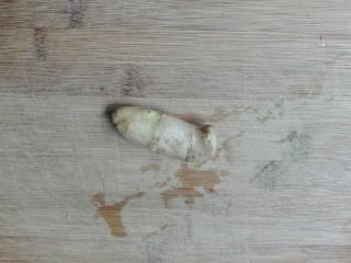 清白不分!青葱白胡椒三文鱼排,生姜洗净
