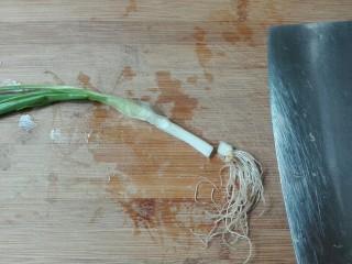 清白不分!青葱白胡椒三文鱼排,青葱洗净切去根部