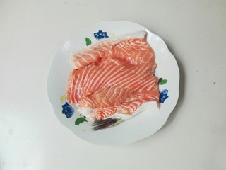 清白不分!青葱白胡椒三文鱼排,把三文鱼排放到盘子里