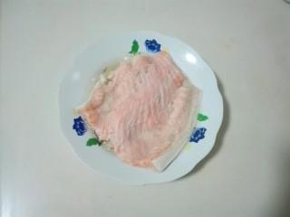 清白不分!青葱白胡椒三文鱼排,取出三文鱼排夹去葱白姜片