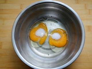 香浓蛋奶黄金豆,鸡蛋、植物油和白砂糖混合到一起,用蛋抽搅打均匀。