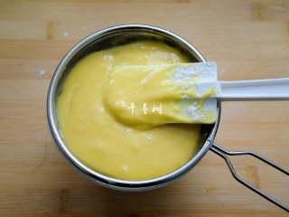 香浓蛋奶黄金豆,这次向蛋糊中加粉类的时候,没有用筛网过筛,所以面糊中有小颗粒翻拌不匀,于是又用细筛过了一下。