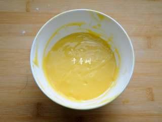 香浓蛋奶黄金豆,最终是要得到这样子的光滑细腻,稍微具有流动性偏稠的面糊,这样子能用裱花嘴挤出,又不至于挤出来就摊平了。
