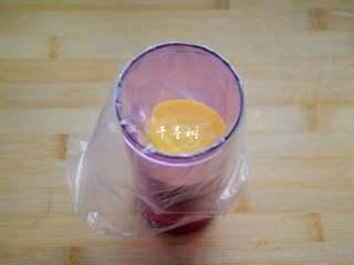 香浓蛋奶黄金豆,将裱花嘴装入裱花袋,再将面糊倒入裱花袋中。