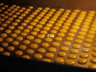 香浓蛋奶黄金豆,约5分钟,豆豆们的表面就失去了亮晶晶的光泽。