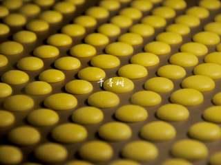 香浓蛋奶黄金豆,约10分钟的时候,蛋奶黄金豆的底部似乎已经和烤盘分离,豆豆们正在经历熟成的过程。