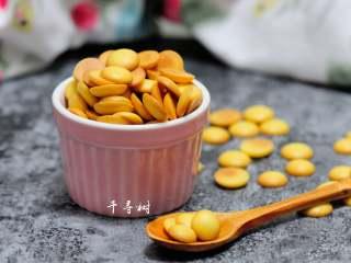 香浓蛋奶黄金豆,烤好的香浓蛋奶黄金豆,是不是很漂亮,颜色金黄诱人,吃起来浓浓蛋香和奶香,口感脆脆的。