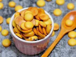 香浓蛋奶黄金豆,一颗颗的圆圆的,宝宝们用手捏了一颗又一颗,简直是吃不够啊。这款蛋香浓郁的黄金豆太好做了呀,没有任何难度,不用打发,不用担心消泡,只等收获孩子们的欢笑和尖叫吧。