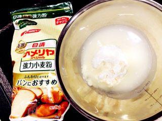 醇香松软奶酪包,首先制作波兰酵头,把高筋面粉、水和酵母放入盆中.