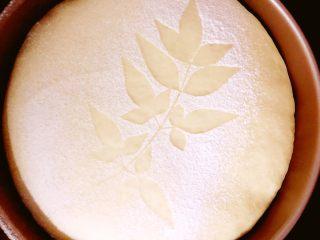 醇香松软奶酪包,继续放入发酵箱进行二次发酵,发酵温度为35度,湿度75%.当面团表面和模具高度相同时送进预热好的180度的烤箱,时间:25-30分钟.如果表面上色重可以在烤到7、8分钟的时候表面加盖锡纸.