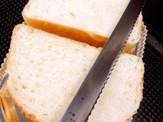 醇香松软奶酪包,用锯齿刀把蛋糕平均分成四块,每块再从中间切两刀夹馅,注意不要切断.