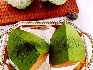 醇香松软奶酪包,抹茶奶酪包夹心抹面后根据喜好表面可以筛抹茶粉.