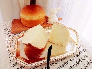 醇香松软奶酪包,原味奶酪馅制作:室温软化的奶油奶酪加砂糖打匀,淡奶油分2-3次加入至完全混合均匀,装入裱花袋挤入面包切开的两个切口中,同时表面全部用抹刀涂上奶酪再筛上奶粉即可。