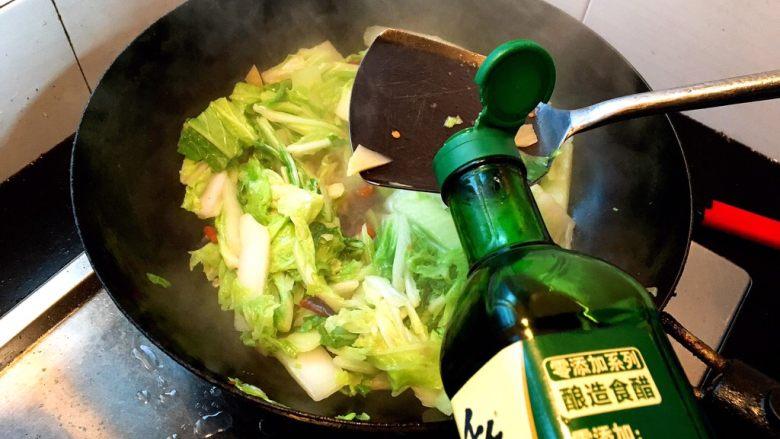 酸辣白菜,加入盐,醋....