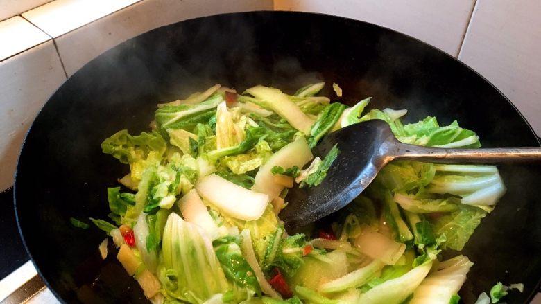 酸辣白菜,继续翻炒,等到水份炒出来,体积变小